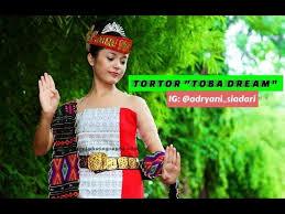 Rasanya, siapapun yang mendengar nama tarian ini pasti langsung mengetahui bahwa tarian ini berasal dari tanah toba, sumatera utara. Download Tortor Batak Toba Dream Mp3 Mp4 3gp Flv Download Lagu Mp3 Gratis