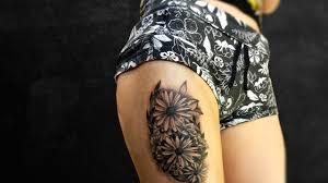 тату екатеринбург женская татуировка цветы тату на бедре