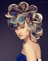 Opsteekkapsel Met Multikleurig Haar Met Afwisselend Blonde Blauwe