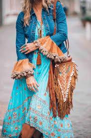 Лёгкие платья с затейливыми узорами, кимоно с бахромой, летние замшевые сапоги, льняное кружево, бисер и вышивка. Stil Boho V Odezhde Svezhie Obrazy 2020 Foto Obliqo