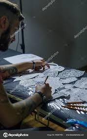 крупным планом фото профессиональных Tattooer художник набирает