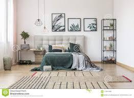 Asymetrischer Teppich Im Schlafzimmer Stockfoto Bild Von Bequem