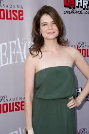 Betsy Brandt attends the Opening of STONEFACE at The Pasadena Playhouse.  PHOTOGRAPHY BY EARL GIBSON III. http://www.pasadenaplayhouse.org/bo… |  Cabelo curto, Cabelo
