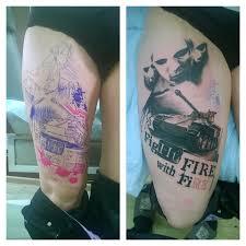 татуировки танк в стиле трешполька черно серая надписи бедро
