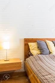 Modernes Schlafzimmer Mit Holz Bett Nachttisch Lampe Und Weißen