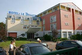 Flat screen television, carpeting, towels, closet, heating are just some of the facilities that can be found throughout the property. Vue D Ensemble Picture Of Hotel Le Bugatti Molsheim Tripadvisor