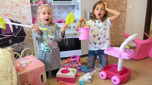 Уборка дома Настя с подружкой убирают игрушки в комнате ...