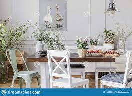 Rustikales Esszimmer Mit Langer Tabelle Und Weißen Stühlen