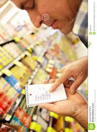 Lista De Compras Para El Supermercado Hombre Que Mira La Lista De Compras En Supermercado Imagen De