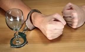 Борьба с пьянством и алкоголизмом Наручника на руках и пустой бокал