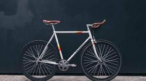 Ia pun mencoba mengabadikan momen saat sedang berada di tengah jembatan. Harga Sepeda Artis Indonesia Ada Yang Seharga Mobil Hanyawarta