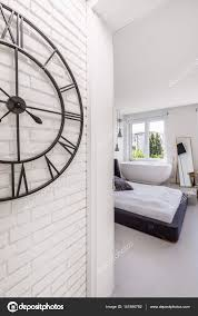 Weiße Ziegel Schlafzimmer Mit Badewanne Stockfoto Photographee