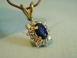 750 yellow white gold pendant set with genuine blue sapphire and 10 diamonds