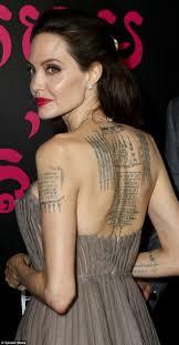 джоли в шикарном платье показала татуировки на спине вот что они