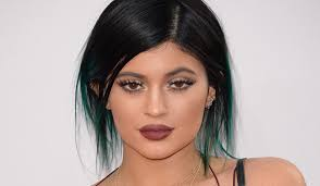 ok i know we said that these were the best of the worst beauty trends and that we wanted them to stay in the past but brown lipstick is an exception