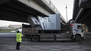Ankara'da trafo yüklü kamyon köprüye sıkıştı