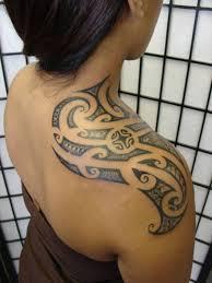 Amazing Hawaiian Tribal татуировка On Right Upper Shoulder