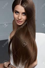 茶色の髪の色健全な滑らかな長い髪と豪華な顔メイク美人モデル