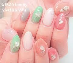 Ginza Bonny旭川店さんのネイルデザイン 春カラーのグリーンと天然石を