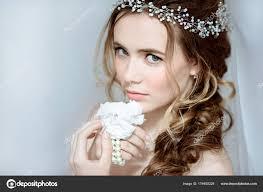 Closeup Brune Mariée Avec Maquillage Et Coiffure De Mariage
