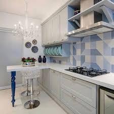 Parede amarela chamando a atenção nesta cozinha planejada em acabamento imitando madeira. Uma Cozinha Super Elegante Os Moveis Classicos Fazem Uma Composicao Perfeita Com O Revestimento Azul Projeto Tk Moveis Classicos Cozinha Elegante Cozinha