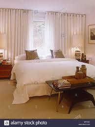 Retro Style Tabelle Am Fuß Der Doppelbett In Modernes Schlafzimmer