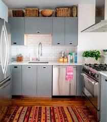 Gestreifte Teppiche Dekoration auf Holzboden Küche sowie graue