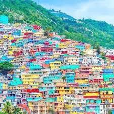 Jalousie haiti: bidonville au flanc d'une colline peinturé par Lamothe comme expédient