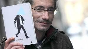 ana oliveira lizarribar - Viernes, 26 de Octubre de 2012 - Actualizado a las 05:26h. Jorge Nagore, tras un ejemplar de su último libro. - oml_4290_jpg_20121025182309_1