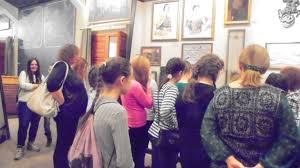 Детская художественная школа № г Каменск Уральский музейная  Столь же увлекательной стала экскурсия в Музей истории камнерезного и ювелирного искусства Богатая коллекция минералов оригинальные ювелирные изделия