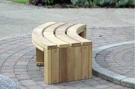 Inexpensive DIY Pallet Wood Curved Bench Seat For Alone And Kids