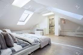 Geräumige Und Moderne Schlafzimmer Mit Bad Angeschlossen Lizenzfreie