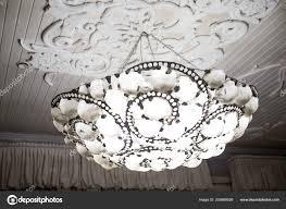 Vintage Kronleuchter Hängen Unter Der Weißen Decke Mit Stuck