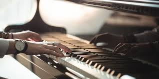 Menurut yulia rendra dalam buku belajar main piano untuk pemula (2009), piano termasuk dalam alat musik melodis yang dimainkan dengan cara menekan tuts berwarna putih dan atau hitam. 10 Alat Musik Melodis Halaman All Kompas Com