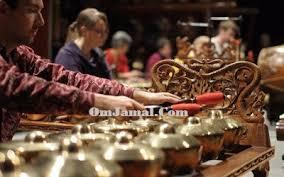 Terlihat dari kesenian dan budaya jawa yang tidak lepas dari alat musik gamelan ini. Alat Musik Gamelan Dan Keterangannya Sejarah Dan Fungsi Gamelan Omjamal Com