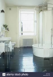Ein Modernes Badezimmer Mit Dusche Waschbecken Und Wc Holzboden