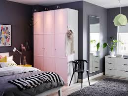 Ein großes Schlafzimmer mit PAX Kleiderschrank in Weiß mit MERÅKER ...