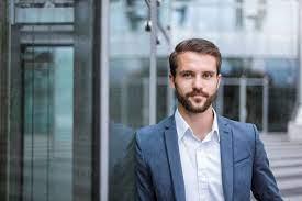 Portrait of confident young businessman - DIGF04093 - Daniel  Ingold/Westend61