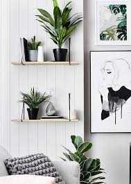 Strak zwart-wit urban jungle interieur met grafische prints // via The  Design Chaser  Home Decor Ideas