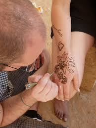 Suzanne Si Nechala Tetovat Ruku Hennou Cestou