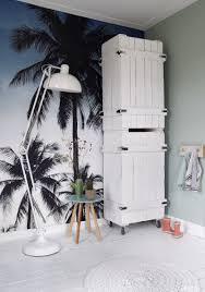 Met Dit Trendy Behang Met Palmbomen In Blauw Zwart En Beige Creëer
