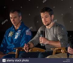 Attore Matt Damon colloqui, come astronauta della NASA Drew Feustel guarda,  durante una sessione di domande e risposte su NASA il viaggio su Marte e il  film
