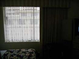 OHANA Waikiki East Hotel: dark and gloomy room overlooking roof