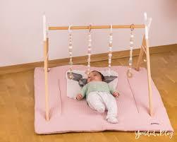 bauanleitung für einen diy holz spielbogen im skandinavischen stil wooden baby gym activity decke spielebogen nordic