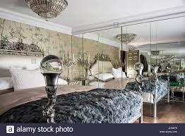 Luxuriöses Schlafzimmer Mit Spiegelwand Stockfoto Bild 148359657