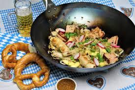 Bayerischer Wok - mit Leberkäs, Weißwurst, Schupfnudeln & Sauerkraut
