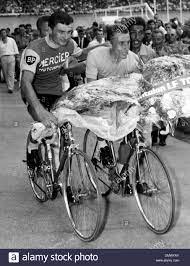 14. Juli 1964 - Paris, Frankreich - am Parc des Princes, nach seiner  Ankunft RAYMOND POULIDOR und JACQUES ANQUETIL eine Tour der Ehre gemacht.  Jacques gewann das Rennen gegen die Uhr. (Kredit-Bild: ©