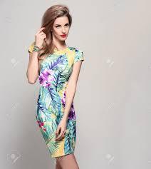 流行の春夏のドレスのファッションの女性スタイリッシュな波状髪型