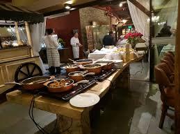 o gaucho noite de churrasco mesa de mariscos e um carrinho de sobremesas