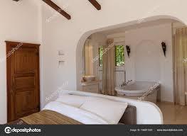 Elegantes Schlafzimmer Mit Badewanne Stockfoto Zveiger 158201530